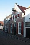 foto van Huis met topgevel met dodekop, geverfd. Hijskap