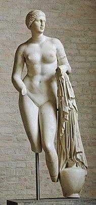 Aphrodite Braschi, du type de l'Aphrodite de Cnide — l'un des plus sûrs attribués à Praxitèle, Glyptothèque de Munich (Inv. 258)