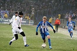 Bonucci (a sinistra) alla Juventus nel 2010, mentre contrasta Rudņevs nella trasferta di Europa League contro il Lech Poznań