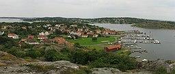 Asperö har fotograferet fra øens højeste top.   I fonden ses Brännö.   Til højre ses en del af den ubebyggede ø Rivö.