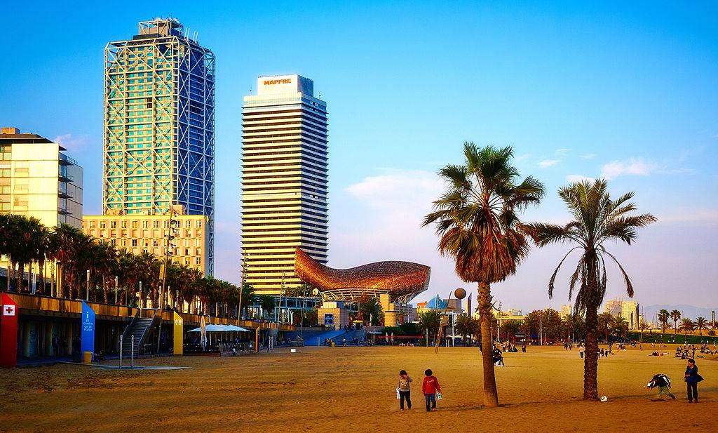 Au bout de la plage de Barceloneta vers port Olimpic - Image copyrights Moyan Brenn