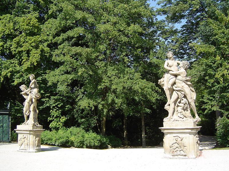 File:Bayreuth 12.09.06, Eremitage, Gartenskulptur Raub der Sabinerinnen (01).jpg