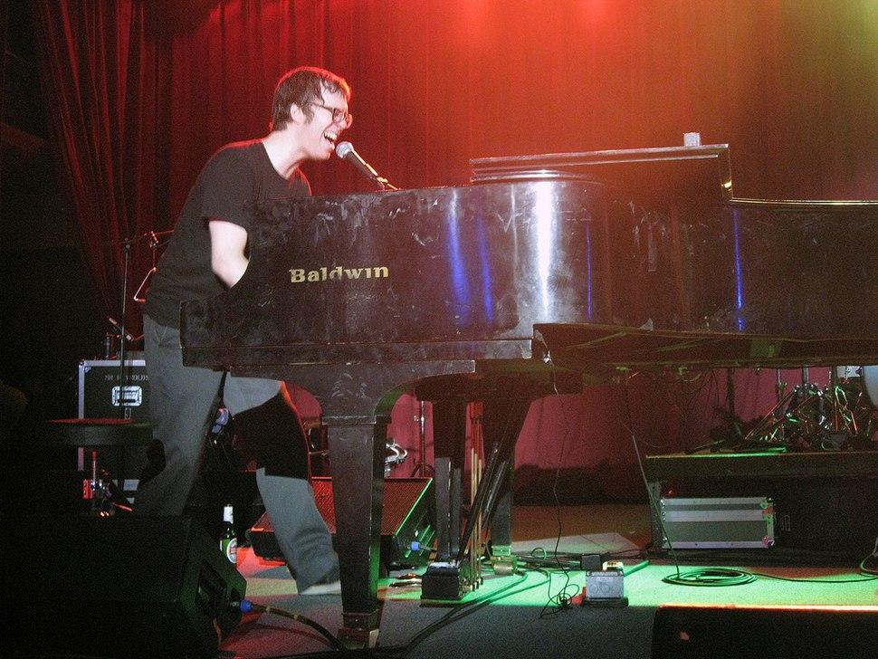 Ben folds playing