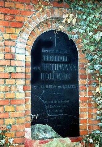 Theobald von Bethmann-Hollweg - Bethmann-Hollweg's grave in Hohenfinow