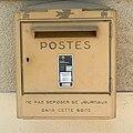 Boîte aux lettres postale à la mairie de Faramans (Ain).jpg