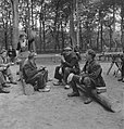 Bosbewerking, arbeiders, boomstammen, zitten, eten, Bestanddeelnr 251-8170.jpg