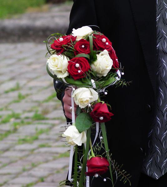 File:Brautstrauß rote und weiße Rosen.JPG