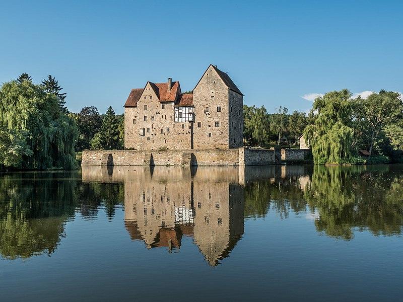 File:Brennhausen-Wasserburg-8287390.jpg