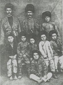 Buduq kəndi XX əsrin əvvəllərində. Buduqlular milli geyimdə.png