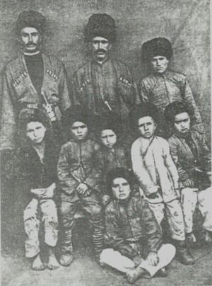 Budukh people - Image: Buduq kəndi XX əsrin əvvəllərində. Buduqlular milli geyimdə