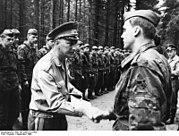 Bundesarchiv Bild 183-2008-0118-503, Heinz Keßler bei NVA-Truppenbesuch
