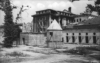 Führerbunker - Image: Bundesarchiv Bild 183 V04744, Berlin, Garten der zerstörte Reichskanzlei