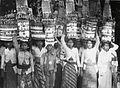 COLLECTIE TROPENMUSEUM Balinese vrouwen en een jongen met offers op het hoofd TMnr 60017231.jpg