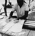COLLECTIE TROPENMUSEUM Een Samo man rolt deeg vermoedelijk voor brood TMnr 20010240.jpg