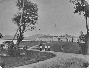 Bengkulu - European women dressed in sarongs in front of Fort Marlborough (early 20th century)