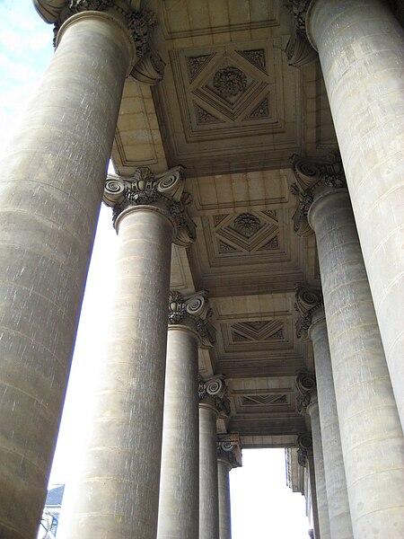 Péristyle du palais de justice de Caen (Calvados)