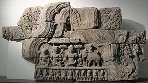 Indrasala Cave - Image: Cambogia, frontone con la visita di indra a buddha nella grotta d'indrasaila, da preah khan, stile di bayon, 1190 1210 ca