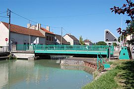 Canal lateraal a la Marne, Bisseuil, brug.JPG