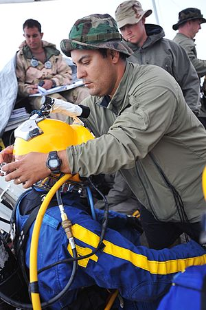 Surface-supplied diving skills - Locking the helmet to the yoke