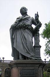 Carl-Maria-von-Weber-Denkmal von Ernst Rietschel vor dem Zwinger auf dem Theaterplatz in Dresden (Quelle: Wikimedia)