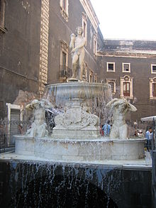 La fontana dell'Amenano, conosciuta come l'acqua a' linzolu (acqua a lenzuolo), in piazza del Duomo