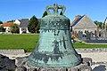 Cloche de l'ancienne église Saint-Laurent de Longues-sur-Mer (Marigny).jpg