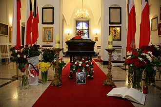 2010 in Poland - Coffin of Lech Kaczyński in the Presidential Palace's chapel