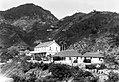 Collectie Nationaal Museum van Wereldculturen TM-10021161 Woningen geplaatst tegen een berghelling op Saba Saba -Nederlandse Antillen fotograaf niet bekend.jpg