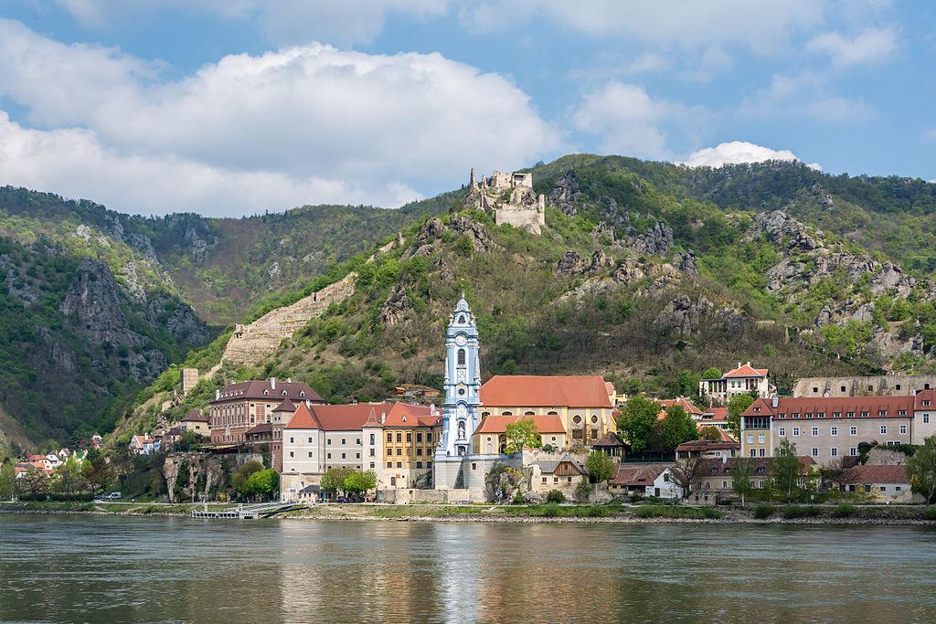 Blick über die Donau auf Stift Dürnstein (mit blauem Turm) und Ruine Dürstein auf dem Berg (UNESCO-Welterbe Wachau in Österreich)