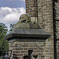 Detail van de toegangspoort begraafplaats - Ravenstein - 20373977 - RCE.jpg