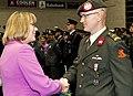Deze-landmachtmilitair-krijgt-zijn-onderscheiding-eveneens-van-commandant-commando-dienstencentra-marion-gout-van-sinderen.jpg