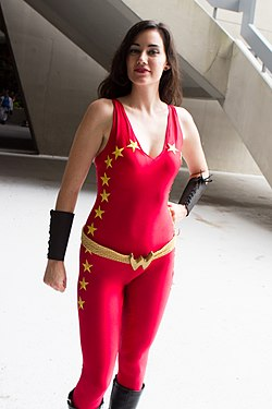 Dragon Con 2013 - Wonder Girl (9693818917).jpg