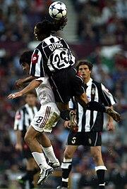 Gattuso (a sinistra) al Milan nel 2003, alle prese con il bianconero Davids e sotto lo sguardo dell'altro bianconero Tacchinardi, durante la finale di Champions League a Manchester.