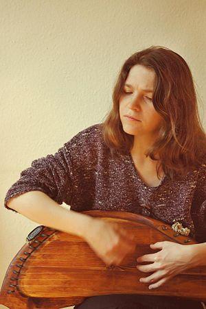 Elena Frolova - Elena Frolova playing gusli (Photo by Margarita Kabakova)
