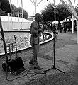 FIG2016 - artiste de rue chantant Jacques Brel.jpg