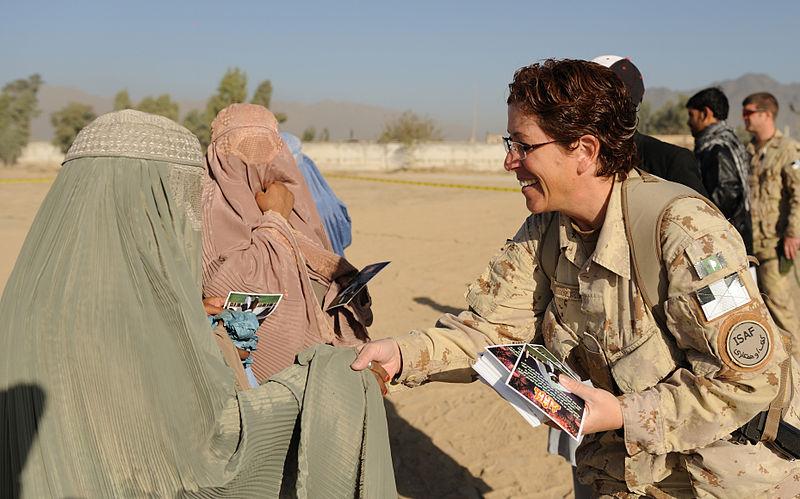 Archivo: Mujer soldado intenta acercarse a las mujeres afganas durante el Eid.jpg