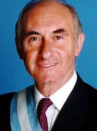 1999 Argentine general election - Image: Fernando de la Rúa con bastón y banda de presidente (recortada)