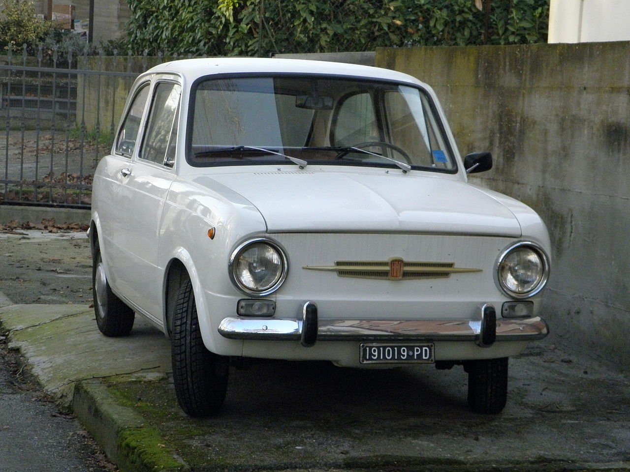 file fiat 850 white in rovigo wikimedia commons. Black Bedroom Furniture Sets. Home Design Ideas