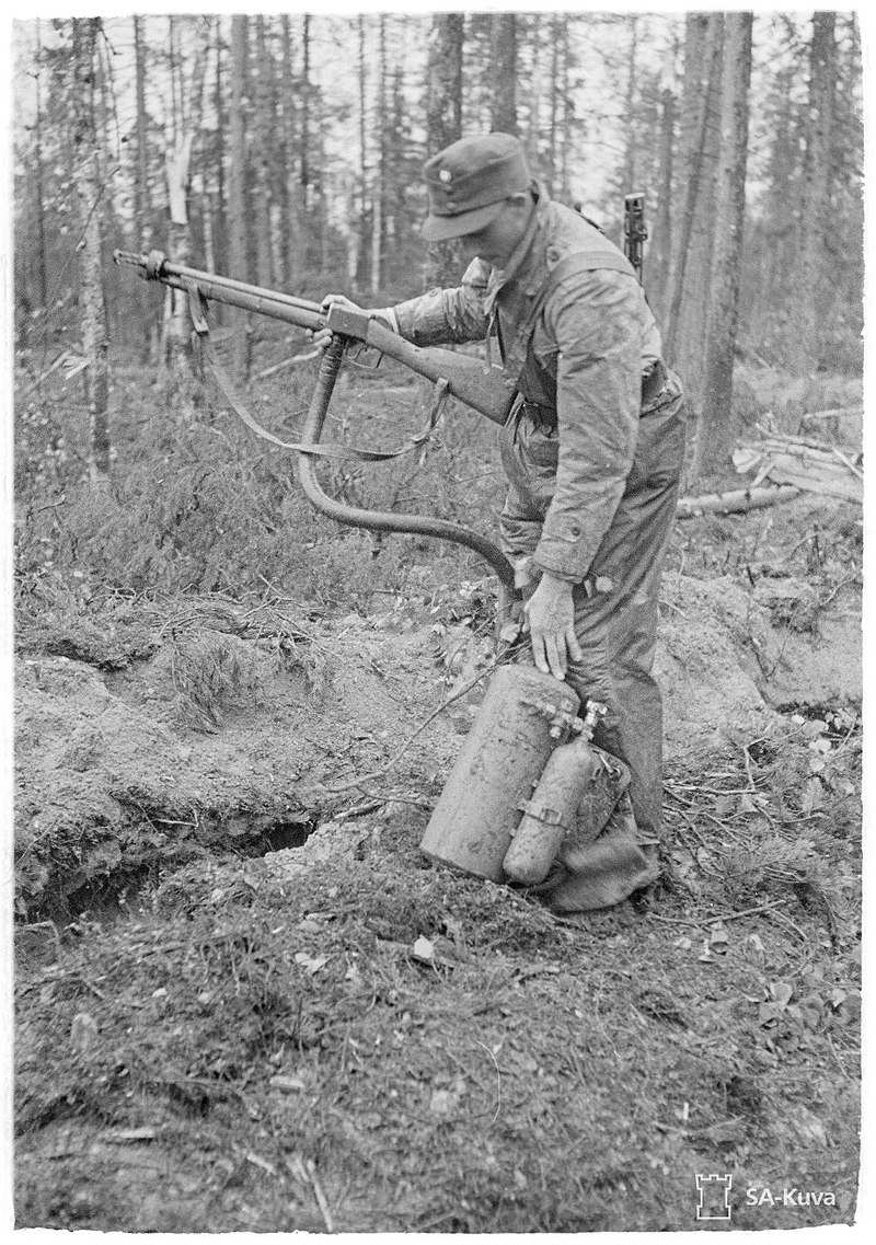 800px-Finnish_soldier_with_a_ROKS-3_flamethrower_SA-kuva_131383.jpg