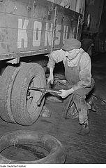 Datei:Fotothek df roe-neg 0006247 021 Kraftfahrzeugschlosser bei der Montage von LKW-R.jpg - Wikipedia