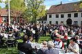 Fullt av folk på Gjøvik Gård 17. mai 2014.JPG