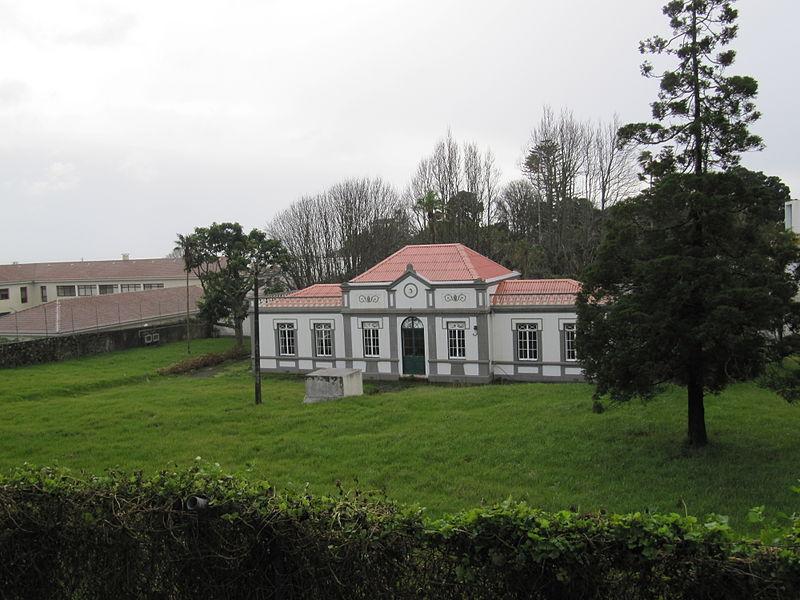 File:Gebäude der Universidade dos Açores (14004734301).jpg