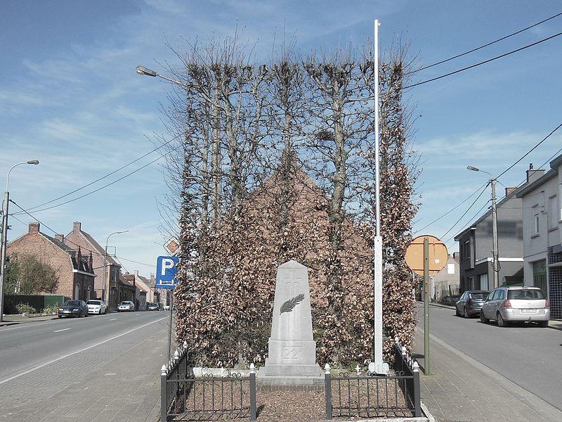 """Een monument met opschrift """"22 E"""" op de hoek van de Beukhoutstraat en Klerkenstraat"""