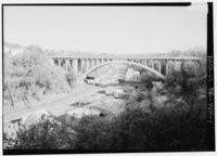 Vue générale vers le sud, depuis la rue Orphan.  - Pont de Larimer Avenue, enjambant le boulevard de Washington à Larimer Avenue (State Route 8), Pittsburgh, comté d'Allegheny, PA HAER PA, 2-PITBU, 73-1.tif