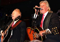 Peter Asher e Gordon Waller nel 2005 in un concerto a favore di Mike Smith dei Dave Clark Five