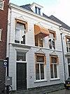 foto van Wit gepleisterd pand met omlijste vensters
