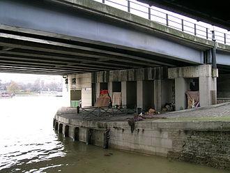 330px-Habitat_sous_un_pont_parisien.jpg