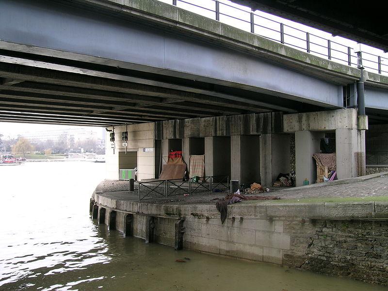 Fichier:Habitat sous un pont parisien.jpg