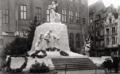 Het voorlopige monument voor Edith Cavell door Egide Rombaux, opgericht achter het Broodhuis en gesloopt om plaats te maken voor Le Nouveau Palais aan de Grasmarkt in 1929.png