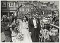 Huwelijk van juf Monique van Boxtel van de Albert Schweitzerschool met André van Meeteren. NL-HlmNHA 54015278.JPG